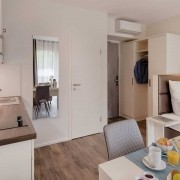 Fürstenfeldbruck Apartment Basic - Wohnraum mit Küchenzeile und Bad