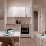 Fürstenfeldbruck Apartment Business - Wohnraum mit Küchenzeile und Bad